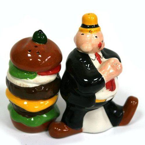Ceramiczna solniczka i pieprzniczka w kształcie hamburgera i postaci Wimpy z kompiksu o przygodach Popeyea.