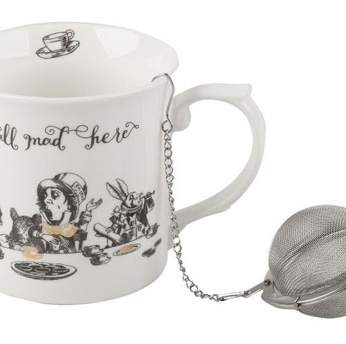 Kubek z grafiką podwieczorku Alicji i Kapelusznika. Złote detale. W komplecie zaparzacz do herbaty na łańcuszku. Całość zapakowana w ozdobne pudełko.