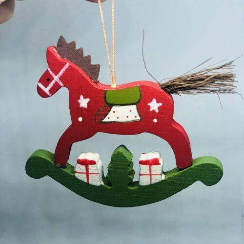 Świąteczna zawieszka w kształcie konika.