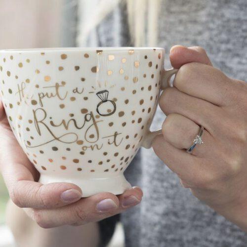 Kubezek z napisem He Put A Ring On It z kolekcji Ava