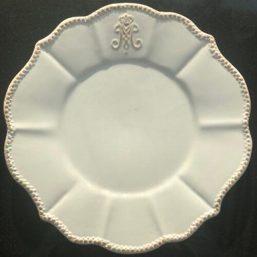 Talerz deserowy stylu rustykalnym  Shabby Chic Wmiary:20x 20cm Materiał:ceramika Kolor biały z delikatną przecierką Można myć w zmywarce i używać w mikrofalówce